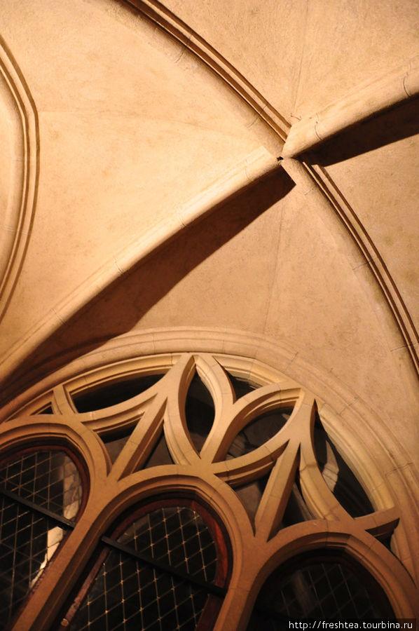 Замки сводов: изящно и крепко! Этот готический прием возводить потолки всегда магнитит мой взгляд.