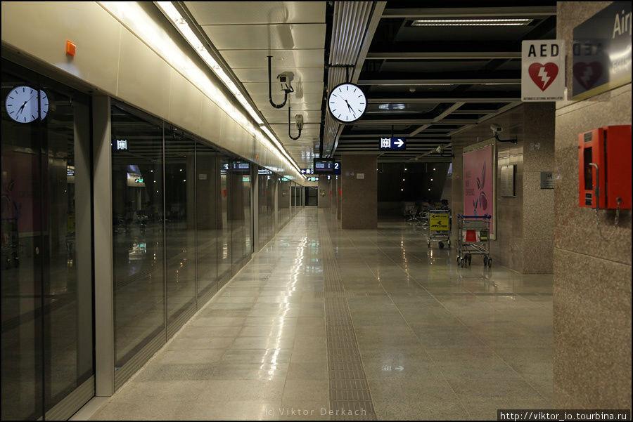 Вид на платформу метрополитена, аэропорт Дели