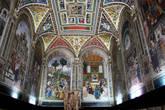 Библиотека Сиенского собора — библиотека Пикколомини. В центре скульптурная группа Три грации — римский подлинник IV века, копия греческой скульптуры была куплена кардиналом Франческо Пикколомини и подарена библиотеке. В 19 в. по причине