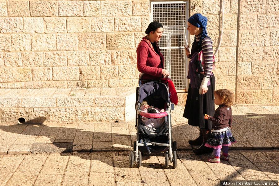 Этим жительницам Еврейского квартала будто и дела нет до того, что под мостовыми — пласты не в одну тысячу лет. Вечный город, какие его годы!..