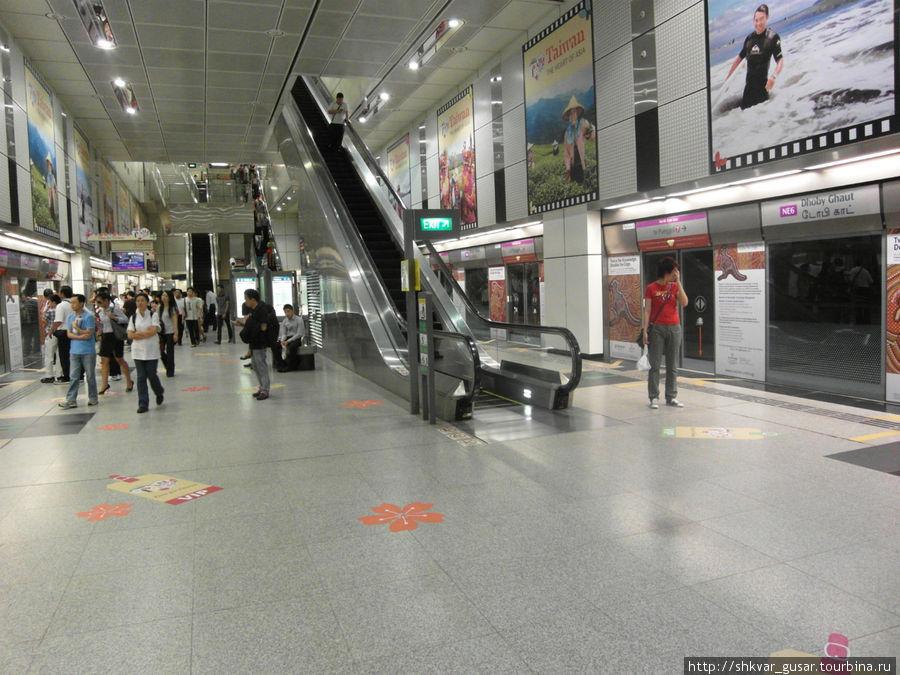 Станция метро. Всё закрыто, а табло показывает, через сколько поезд приедет (а не как у нас — когда он уехал)