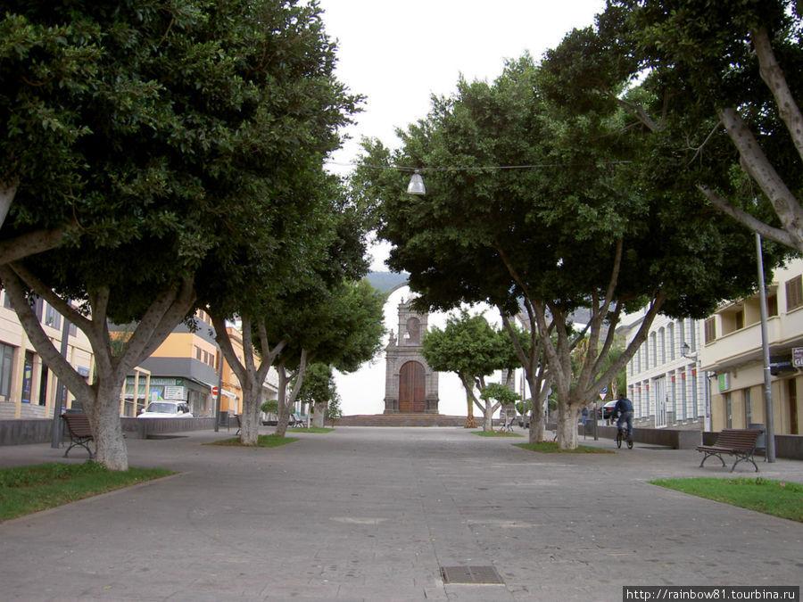 Площадь и церковь в городке Гуимар