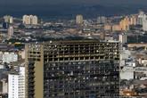 Это невзрачное здание оказалось 170-ти метровым небоскребом, самым высоким в Бразилии! Называется здание Миранти-ду-Вали. оно было построено в 1960 году. На строительство небоскреба ушло пять лет. Верхние этажи используются для крепления спутниковых тарелок.