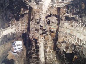 Потолок жилой башни, закопченный дымом сотни лет назад. Слева внизу виден люк на второй этаж.