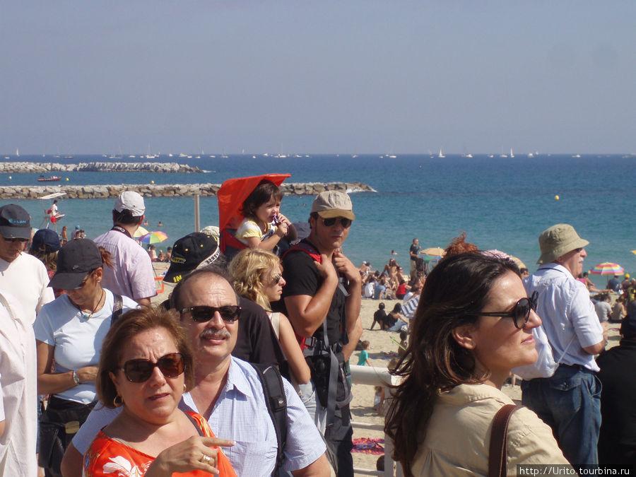 Барселонцы носят детей на руках или плечах