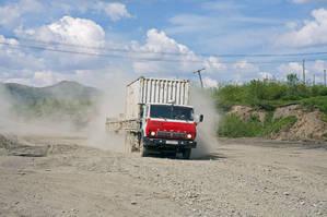 Колымская трасса — отдельная тема. Она соединяет Магадан и Якутск. И проходит через Сусуман, который расположен на 627-м километре от Магадана. В сухое время эта дорога просто уникально пыльная.