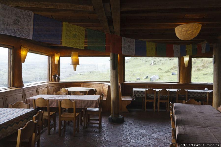 На первом этаже. В эти окна в хорошую погоду открывается прекрасный вид на Котопакси