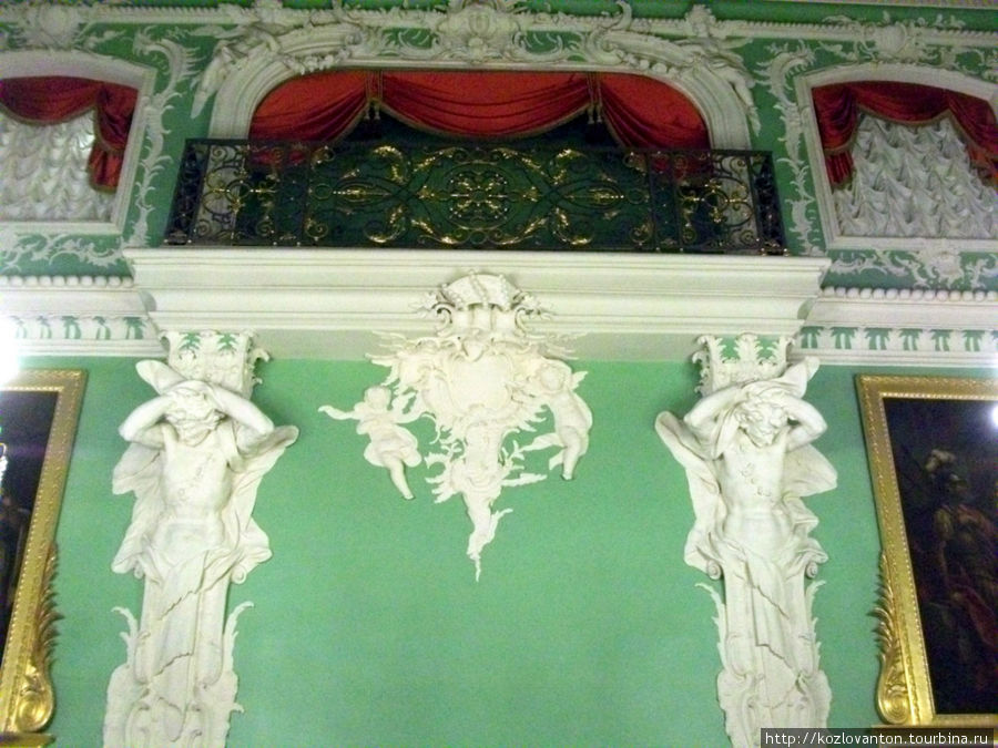 Богатая лепнина на стенах Большого зала.