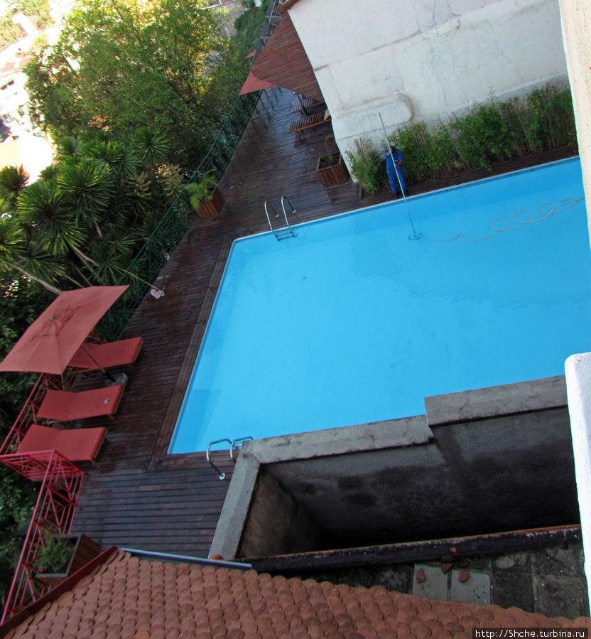 бассейн, нависающий над городом