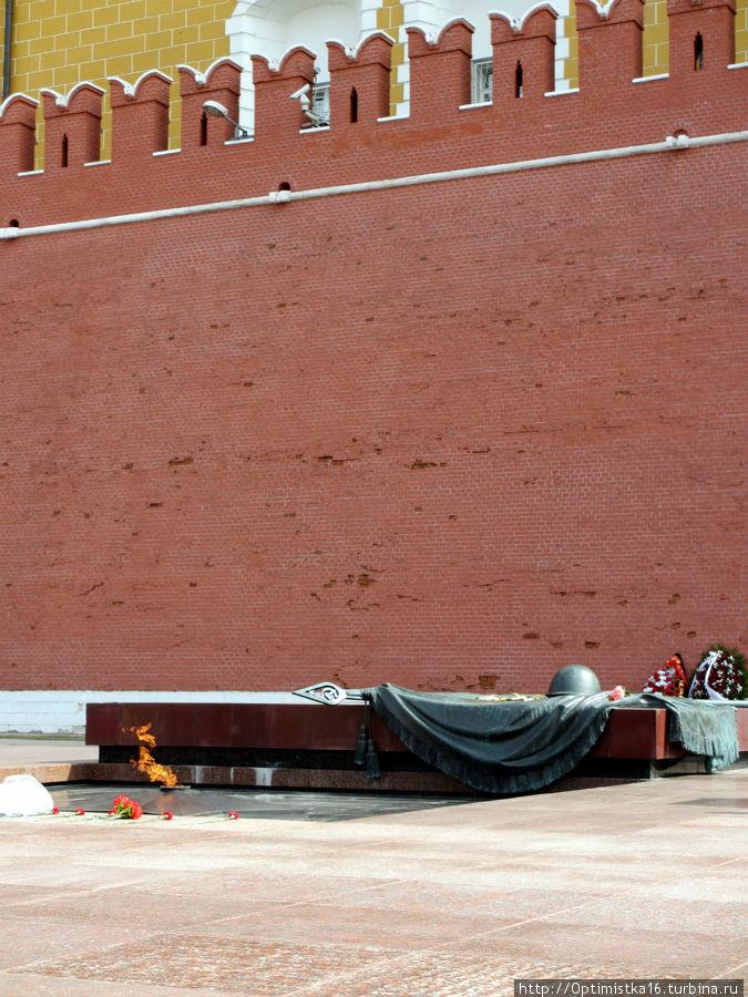 Могила Неизвестного солдата и «Вечный огонь» в Александровском саду