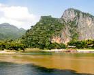 Вид на скалу с противоположного берега Меконга. Осюда видно, как от Меконга ответвляется небольшое русло. Это и есть речка Нам Оу