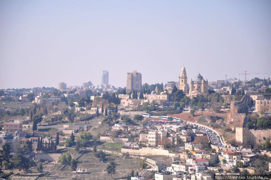 Вид с Масличной горы на северную стену Старого города и древнейшую часть Иерусалима —
