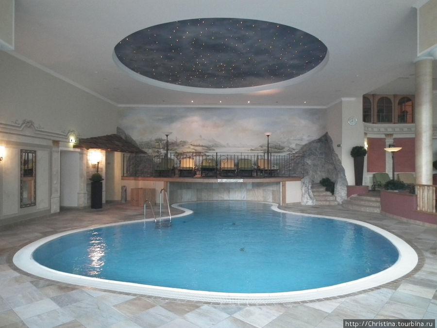 А вот и бассейн, в котором мы каждое утро заряжались на весь день вперед!