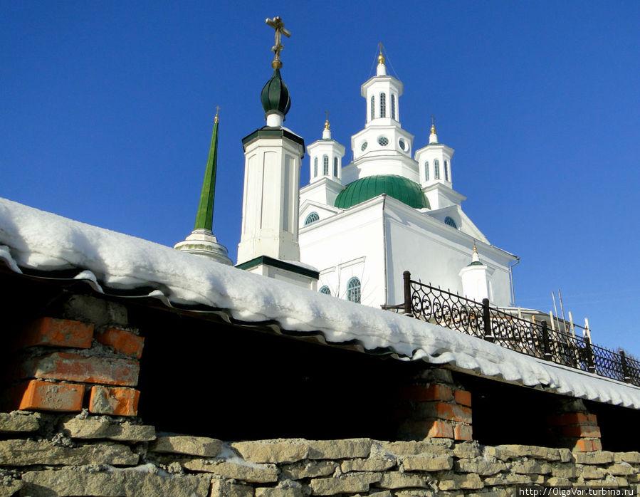 В народе долгое время храм назывался Алексеевской церковью