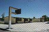 Школа с решетками на окнах, больше похожая на тюрьму.
