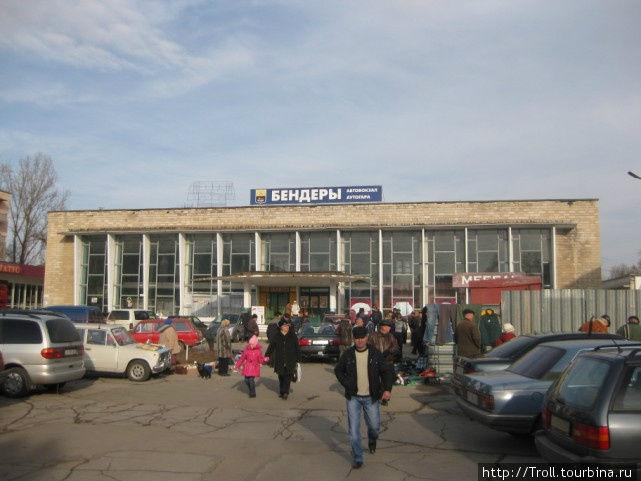 Автовокзал, вид с юга. Автобусы отправляются с противоположной стороны, обменник справа