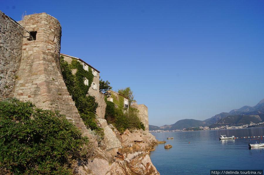 Вот они и крепостные наружные стены Свети-Стефана. Цель близка!!!