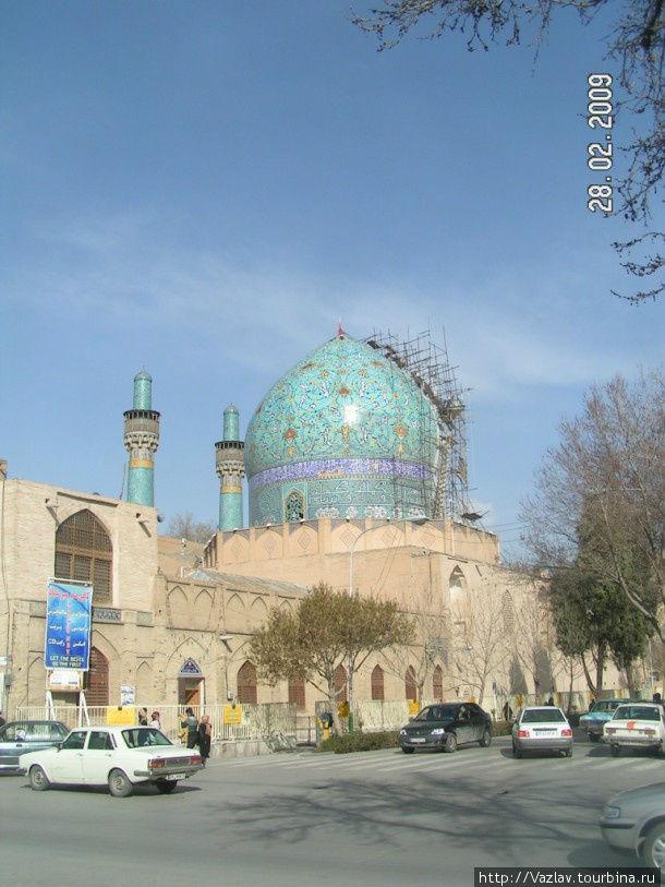 Боковой вид на мечеть и медресе