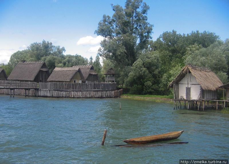 Справа виднеется дом Hornstaad, а еще правее от него (не виден почти) дом Arbon. Два экспериментальных дома иллюстрируют два ранних архитектурных принципа проектирования на Боденском озере и в сельской местности неподалеку от Альп. Построены в 1996-98 гг. А левее дома Каменного века поселения Sipplingen. В одном из этих домов 13 человек жили 8 недель