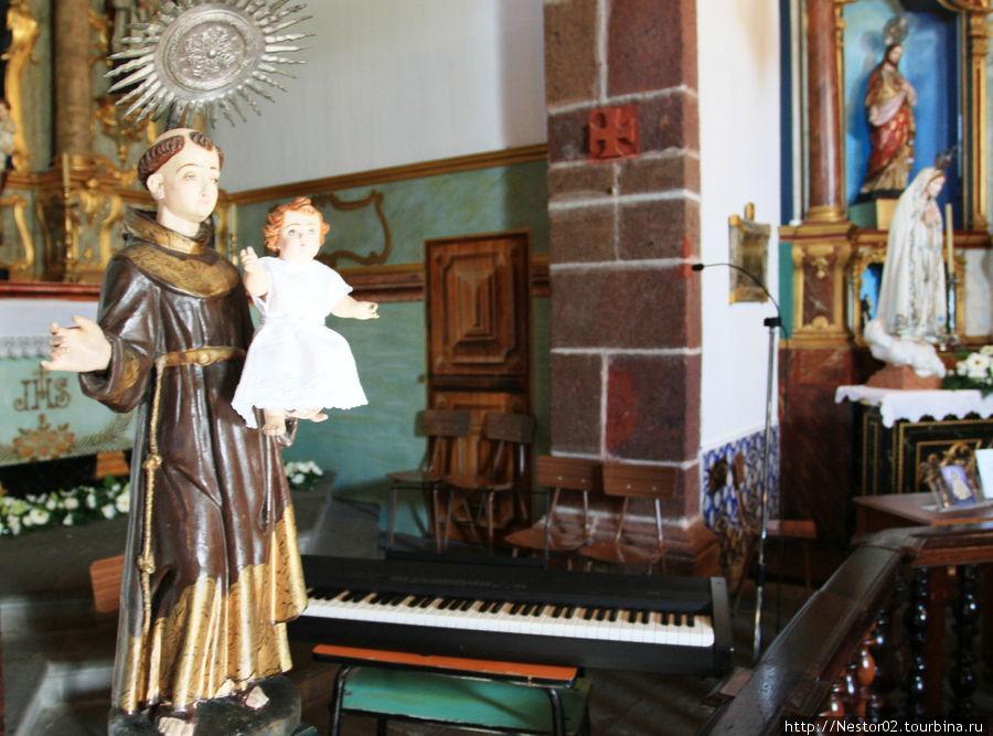 Церквушка на горе Монте. В отличие от наших святых со строгим и даже грозным взглядом, их святые вполне добродушные. Правда лапушка?