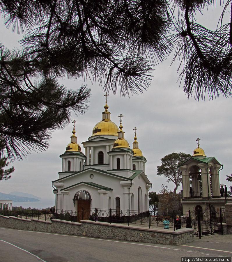 Храм, колокольня...  Вдали Медведь-гора, только представьте виды от сюда в ясную погоду...
