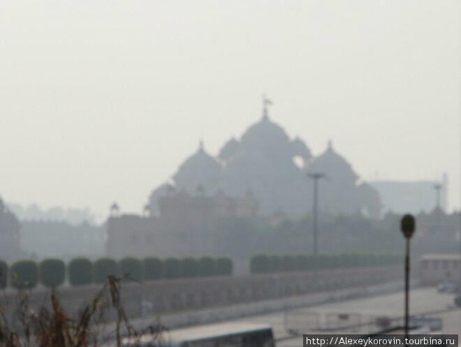 Едем к главной достопримечательности Дели – недавно построенному индуискому храму