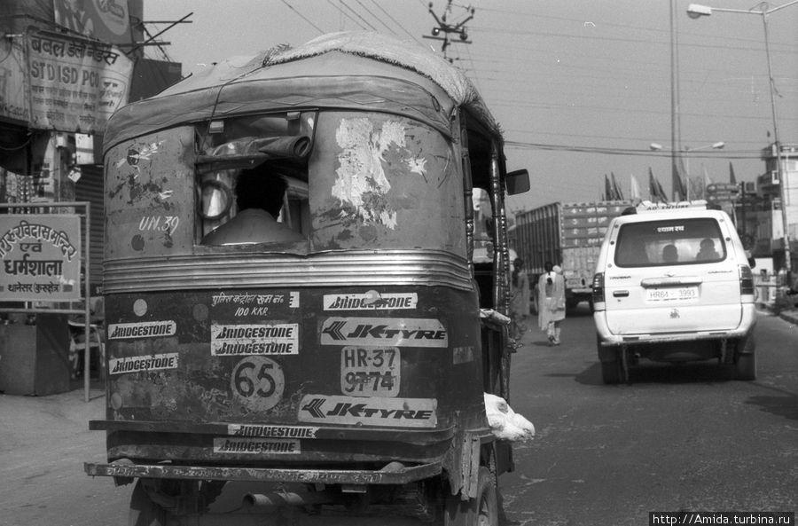 Это авто-рикша с полным кузовом куриц живых!! Они так аккуратно и послушно лежали друг на друге и моргали! К сожалению мы проехали очень быстро и я не успела сфотографировать как это выглядело с боку собственно! Но видно головёшки с такого ракурса немного. Чандигарх, Индия