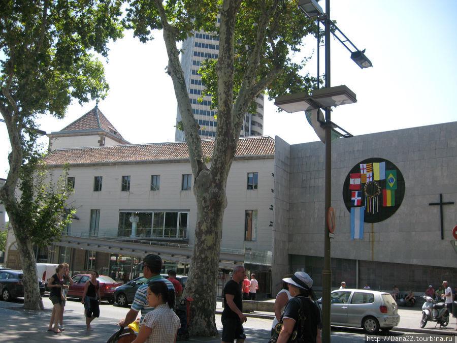 Здесь вот рядышком вход в метро. Очень удобно: чик — и ты на площади Каталонии, к примеру.