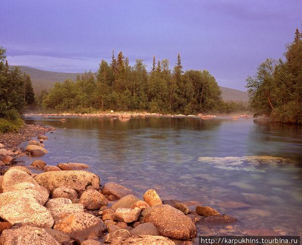 Река Парнук. Прямо напротив базы Парнук на реке есть лесистый остров, образующий естественную плотину. Выше острова вода горной реки замедляет свой ход, плавно растекаясь по руслу, чтобы затем вновь круто устремиться вниз по камням. Редко погода здесь может порадовать своими световыми эффектами, всё больше пасмурно и дождливо. Но в этот редкий день, свет закатного солнца будто пропитал собой всё – лес, горы, камни, воду и даже воздух над рекой Парнук.