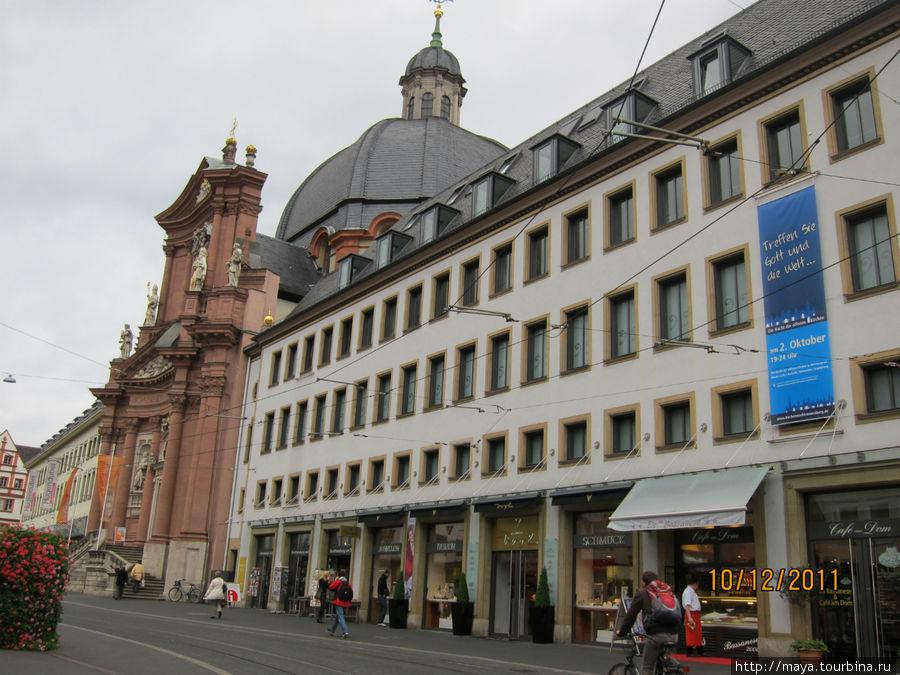 Слева от Собора, на этой же улице, находится барочная церковь Ноймюнстер