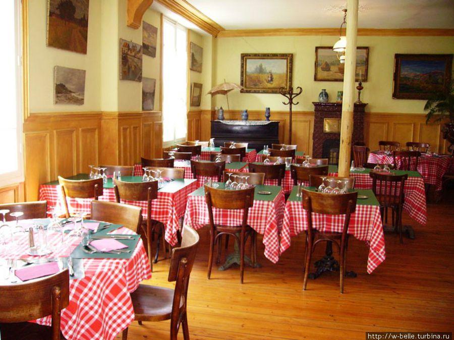 Обеденный зал ресторана Бауди.