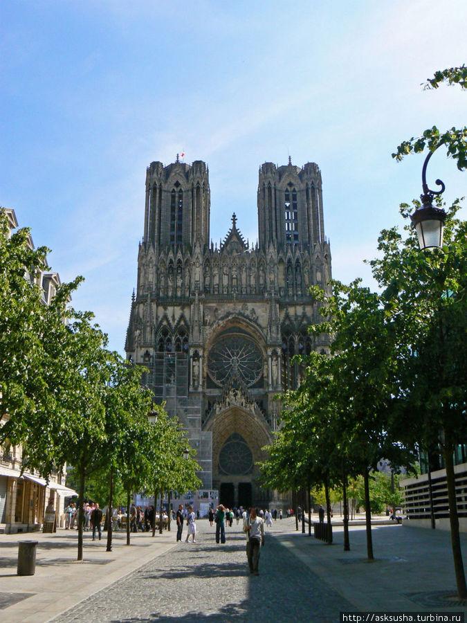 Он благословлял на правление всех королей Франции. Именно здесь проходила церемония коронации.