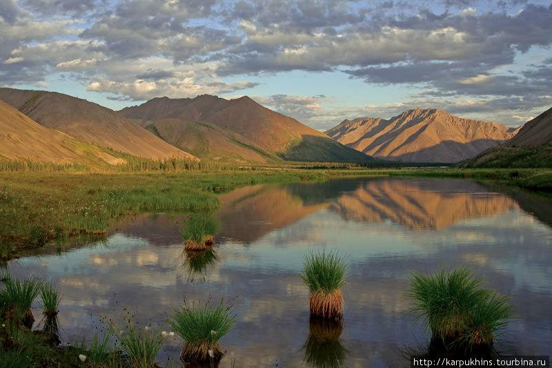В северной оконечности Большого Дарпира из озера вытекает небольшая река Дарпир-Сиен нижний. Долину этой реки плотно стискивают горы, не давая ей разогнаться. Стоит только запрыгать по камням перекатов, как тут же вновь начинается затяжной плёс. Так и не понятно, то ли это уже река, то ли ещё озеро. Зато в абсолютно прозрачной воде неглубоких плёсов можно наблюдать свободно гуляющих, сытых хариусов.