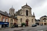 От древнего монастыря в Фекане осталась церковь Святой Троицы 12 в. Готическая церковь Св. Троицы, главный храм бывшего аббатства, ошеломляет и архитектурными деталями и своими размерами: 127 метров (Нотр Дам в Париже составляет 130 метров).