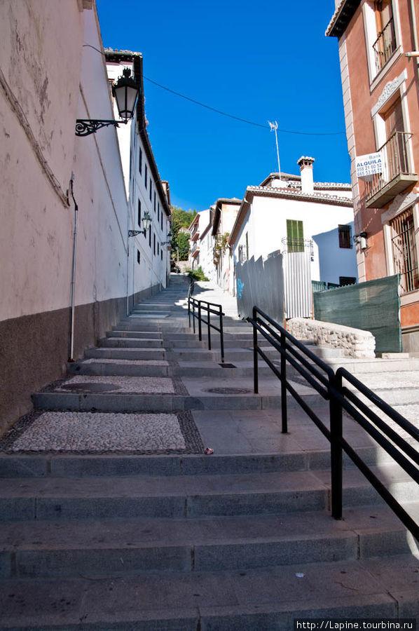 Cuesta del Realejo (лестница Реалехо) ведет к отелю от улицы Сантьяго (calle de Santiago). Это удобный путь к отелю из центра города. Мы с чУмаданом тащились по куда более пересеченной местности. :)