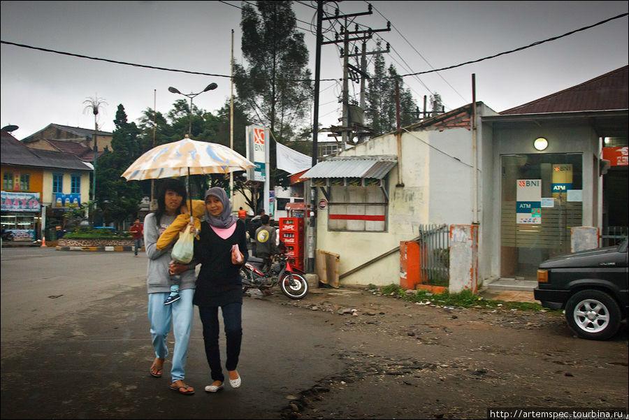 Различия в религиях не способствуют какой-либо розне — на Суматре в основном живут очень дружно, и гораздо большее значение имеет семейная, чем конфессиальная принадлежность.
