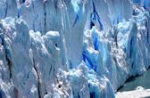 Можно заметить и многих других — достаточно только притаится и последить за таинственной жизнью ледника, скрытой от торопливых глаз, скользящих по поверхности и не заглядывающих внутрь. Все увидели человечка, пытающегося раздвинуть лапками ледяные стены?..