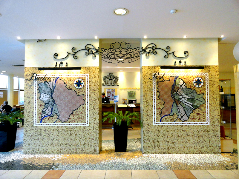 панели в холле изображают Буду и Пешт