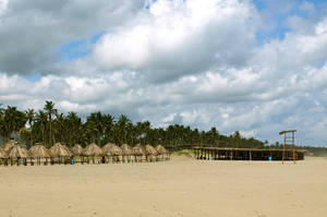 Райский пляж совешенно пустынный, наверное таким его и запомнили Адам и Ева