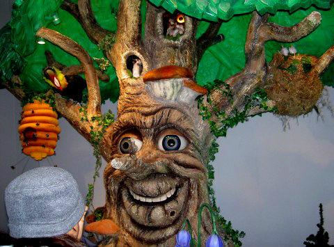 говорящее дерево очень любят ребятишки. оно забавно шевелится, моргает и рассказывает сказки на немецком языке