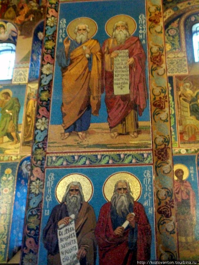 Одна из колонн собора.