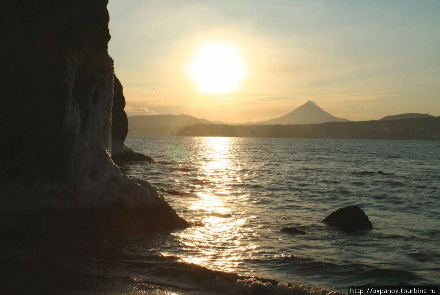 Закат на фоне вулкана Мут