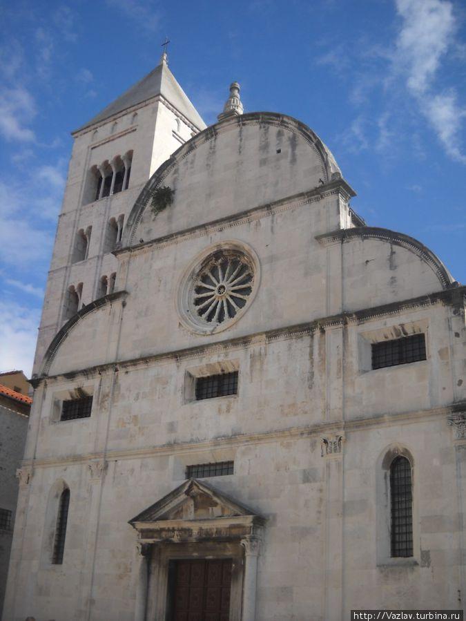 Фасад здания и колокольня