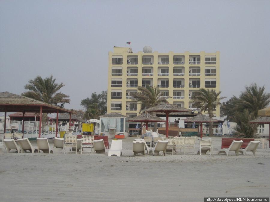Отель со стороны пляжа.