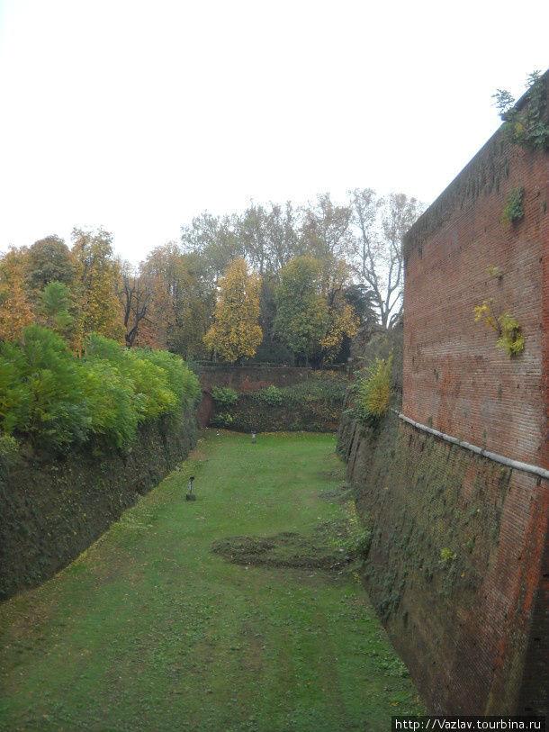 Ров и стены крепости