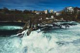 Спускаемся ниже. Водопад не высокий, всего 23 метра. Зато ширина — 150. Постройки на заднем плане конечно же не украшают вид:(
