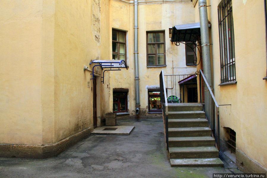 В этом дворе арендует помещение магазин, торгующий восточными благовониями