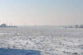 Впереди за маяком начинается Балтийское море