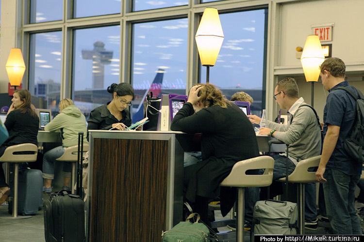Вид изнутри на Delta Terminal. Можно выйти в интернет со стоящих iPad бесплатно или зарядить свои устройства.