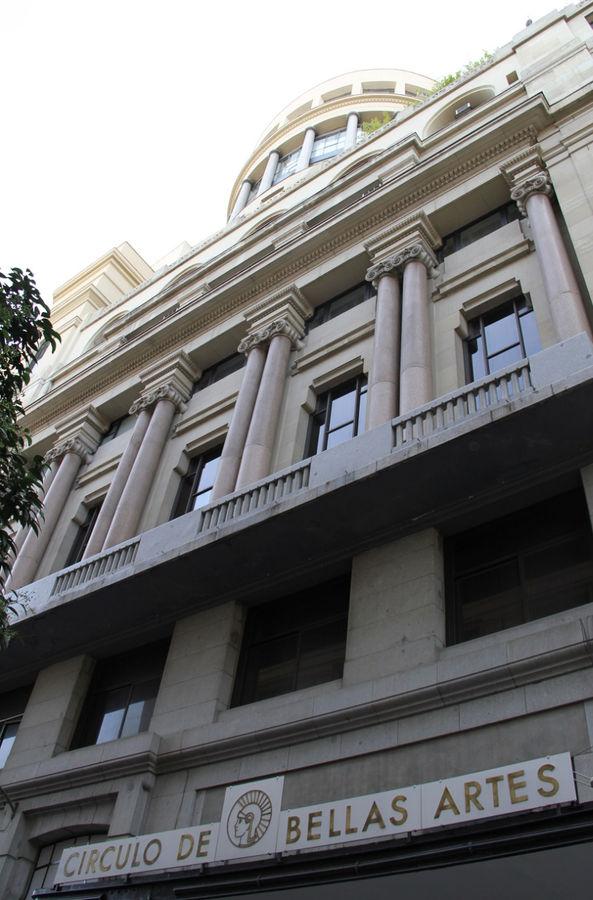Все здание в кадр не вошло, там где центральный вход, улица узкая.